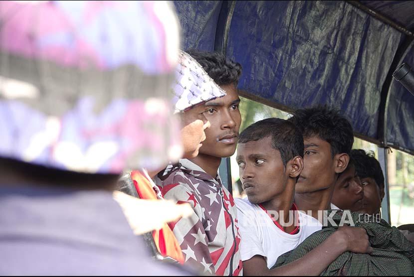 Sejumlah warga Rohingya menunggu di truk Polisi Myanmar untuk dibawa kembali menuju penampungan sementara yang didirika pemerintah di Desa ManSi dekat Sittwe, Negara Bagian Rakhinne, Myanmar, Rabu (21/11).
