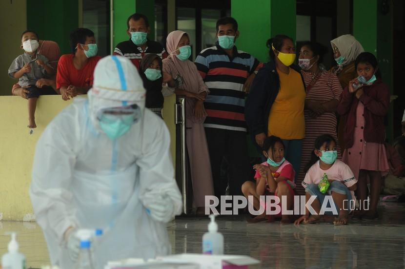 Sejumlah warga rombongan wisata antre saat pengambilan sampel tes cepat antigen di Boyolali, Jawa Tengah. (ilustrasi)