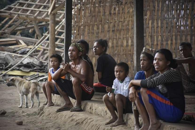 Sejumlah warga terdampak gempa bumi duduk di teras rumah kayu di Dusun Tereng Tepus, Desa Sukadana, Kecamatan Bayan, Lombok Utara, NTB, Jumat (17/8). Sebagian warga yang terdampak gempa dan bermukim di atas bukit di wilayah Lombok Utara hingga saat ini belum mendapatkan bantuan karena terkendala akses jalan untuk membawa logistik ke lokasi tersebut.
