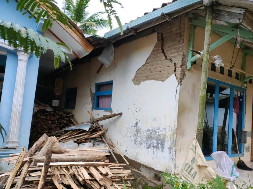 [Ilustrasi] Sejumlah warga terdampak pergerakan tanah di Desa Bojongsari, Kecamatan Gunungtanjung, Kabupaten Tasikmalaya.