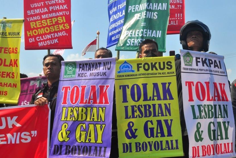 Sejumlah warga yang tergabung dari Forum Umat Islam Boyolali (FUIB) berunjuk rasa menolak pasangan sejenis di halaman kantor DPRD Boyolali, Jawa Tengah, Jumat (16/10).