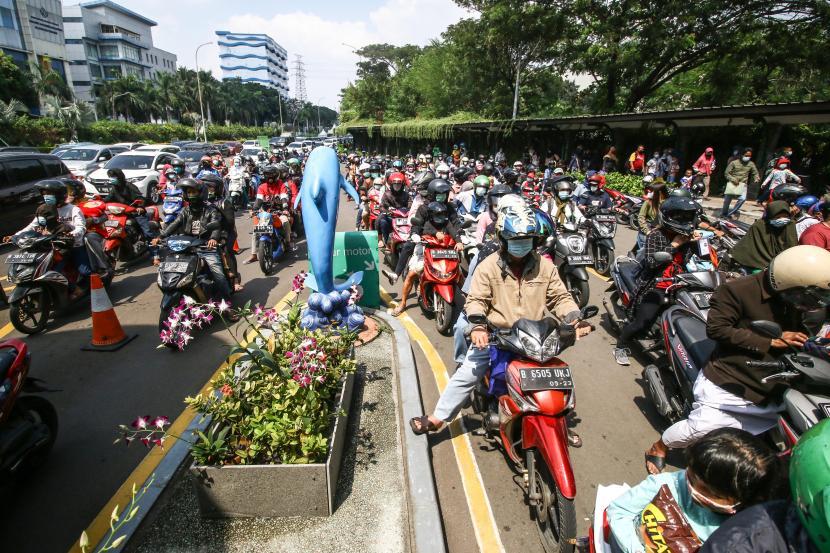 Sejumlah wisatawan antre untuk memasuki tempat wisata Ancol Jakarta, Jumat (14/5/2021). Pemprov DKI Jakarta pada libur Lebaran 2021 membuka sejumlah tempat wisata, salah satunya wisata Ancol yang diperuntukan khusus bagi warga ber-KTP DKI Jakarta dan membatasi jumlah wisatawan dengan kapasitas 30 persen.