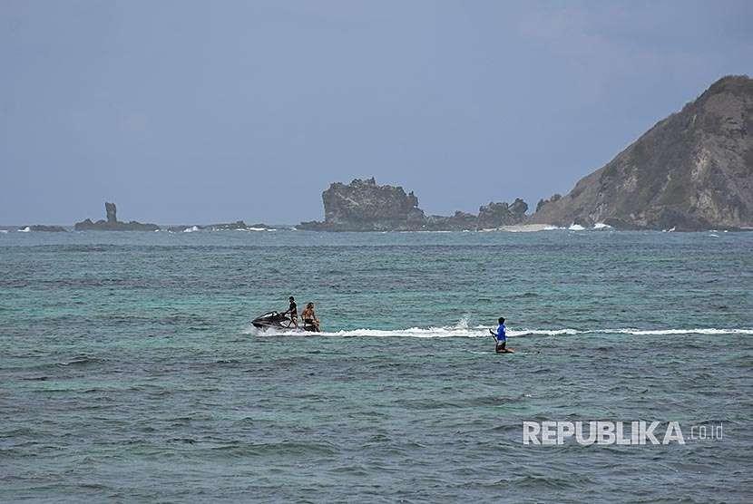 Sejumlah wisatawan asing bermain olahraga air di pantai Kawasan Ekonomi Khusus Mandalika di Desa Kuta, Kecamatan Pujut, Praya, Lombok Tengah, NTB, Kamis (16/8). Kawasan wisata Mandalika tidak terdampak oleh bencana gempa dan tetap ramai dikunjungi wisatawan asing, pihak ITDC mengundang wisatawan untuk tetap berkunjung ke kawasan pariwisata Lombok