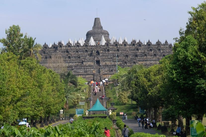 Sejumlah wisatawan berada di kawasan Taman Wisata Candi (TWC) Borobudur, Magelang, Jateng, Selasa (18/5/2021). Setelah ditutup dari tanggal 8-17 Mei 2021 guna pengendalian Penyebaran COVID-19 TWC Borobudur kembali dibuka untuk kunjungan wisata pada Selasa (18/5/2021).