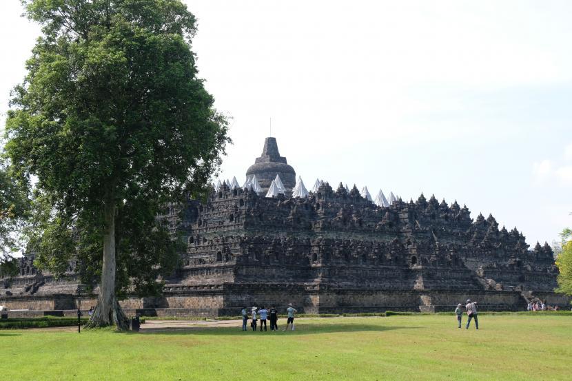 Sejumlah wisatawan berada di lapangan Kenari kompleks Taman Wisata Candi (TWC) Borobudur, Magelang, Jateng, Ahad (18/4/2021). Menghadapi libur Lebaran 2021, pihak TWC Borobudur telah melayangkan surat permohonan penambahan kuota pengunjung kepada gugus tugas penanganan COVID-19 dari 4.000 orang menjadi 10.000 orang.