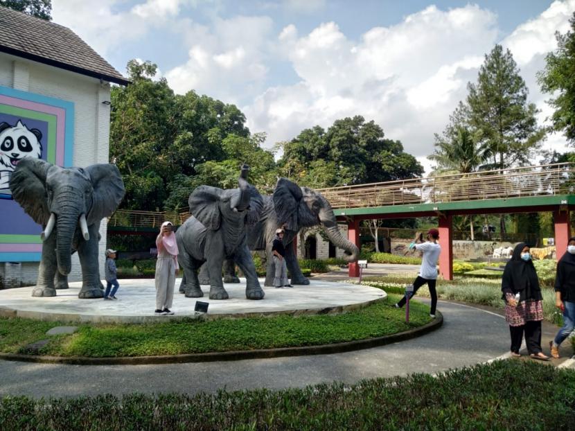 Sejumlah wisatawan berkunjung ke Taman Wisata Karangresik, Kota Tasikmalaya, Ahad (19/9). Taman Wisata Karangresik sudah dibuka sejak awal pekan lalu, tapi kunjungan wisatawan masih dibatasi.