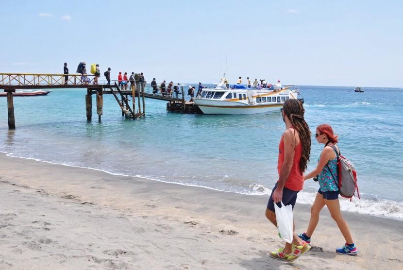 Sejumlah wisatawan lokal dan mancanegara menaiki kapal cepat menuju Gili Trawangan di pelabuhan Senggigi, Kecamatan Batulayar, Gerung, Lombok Barat, NTB, Kamis (29/9).