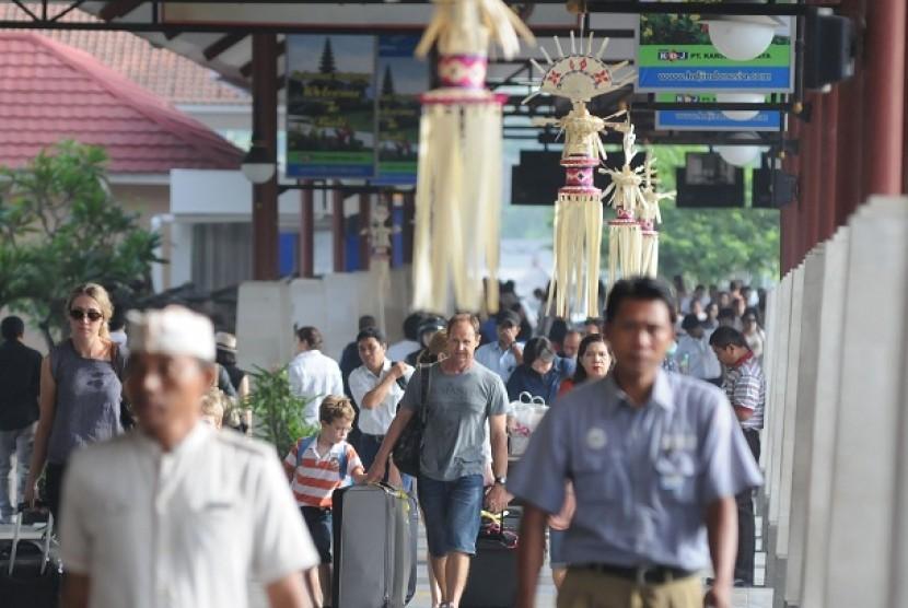 Sejumlah wisatawan mancanegara (Wisman) melintas di Bandara Internasional Ngurah Rai, Bali, Senin (1/4).