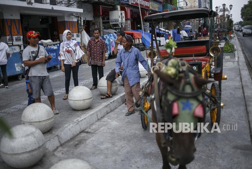 Sejumlah wisatawan melintas di kawasan Malioboro, DI Yogyakarta, Senin (5/11/2018).
