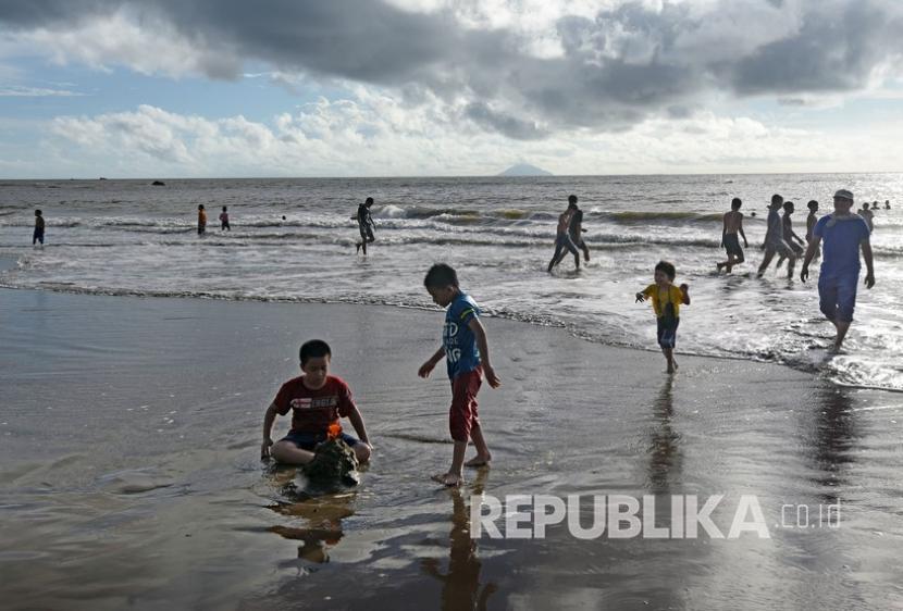 Sejumlah wisatawan memanfaatkan waktu usai Lebaran dengan rekreasi di Pantai Sambolo Anyer, Kabupaten Serang, Provinsi Banten.