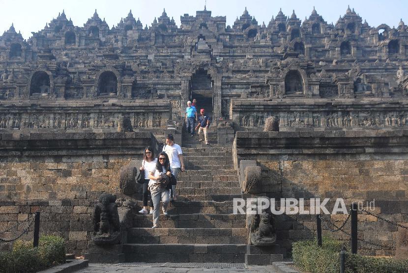 Sejumlah wisatawan mengunjungi Candi Borobudur di Magelang, Jawa Tengah, Jumat (30/8/2019). Pemerintah menetapkan empat prioritas destinasi wisata, salah satunya Borobudur di Magelang, untuk manggaet wisman demi meningkatkan devisa dari sektor pariwisata.