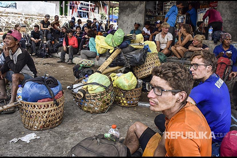 Sejumlah wisatawan pendaki Gunung Rinjani berhasil turun saat terjadi gempa di pintu pendakian Bawaq Nau, Kecamatan Sembalun, Selong, Lombok Timur, NTB, Ahad (29/7).