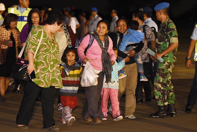 Sejumlah WNI yang selamat dari gempa Nepal tiba di Lanud Halim Perdana Kusuma, Jakarta, Rabu (6/5). (Antara/Akbar Nugroho Gumay)
