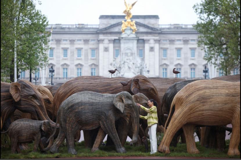 Sekawanan replika gajah seukuran aslinya diarak melalui pusat kota London, Inggris, pada Sabtu (15/5).