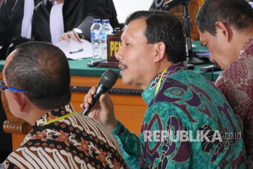 Sekda Jawa Barat, Iwa Karniwa saat menjadi saksi dalam kasus suap Meikarta.