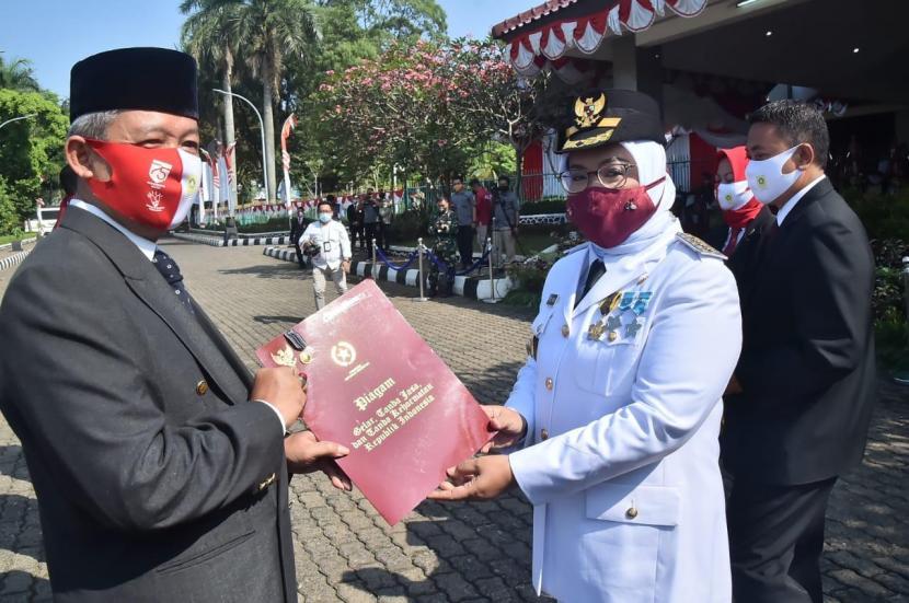 Sekda Kabupaten Bogor, Burhanudin (kiri)