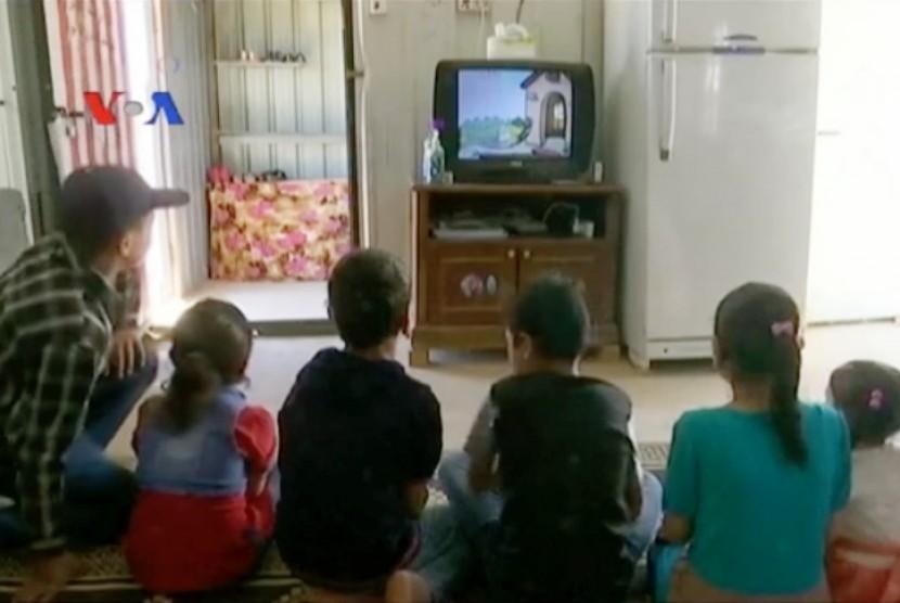 Sekelompaok anak kecil di kamp pengungsian Suriah sedang menonton televisi (ilutrasi)