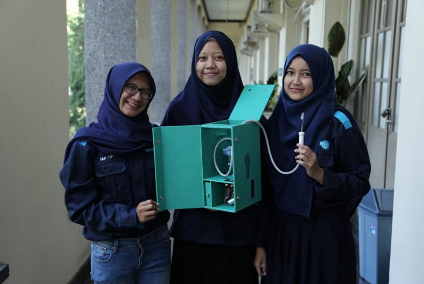 Sekelompok mahasiswa Universitas Gadjah Mada (UGM) menunjukkan cara kerja Septadent.