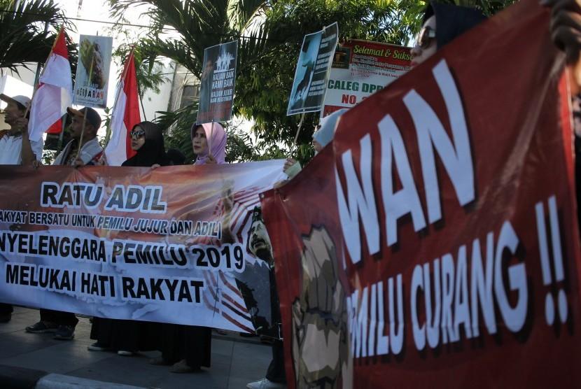 Sekelompok massa menamakan diri Ratu Adil (Rakyat Bersatu Untuk Pemilu Jujur dan Adil) berunjukrasa di depan gedung KPU Kota Surabaya, Jawa Timur, Rabu (22/5).