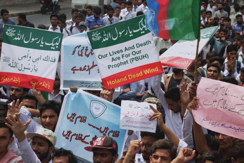 Sekelompok Muslim di Pakistan melakukan demonstrasi di Lahore, Pakistan, Rabu (29/8). Demonstran mengutuk kontes kartun yang direncanakan oleh Geert Wilders, seorang anggota parlemen Belanda.