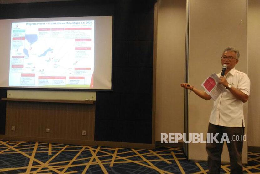 Sekertaris SKK Migas, Budi Ariyanto menjelaskan capaian proyek hulu migas dan target SKK Migas 2017 di Hotel Aston Anyer, Jumat (7/4).