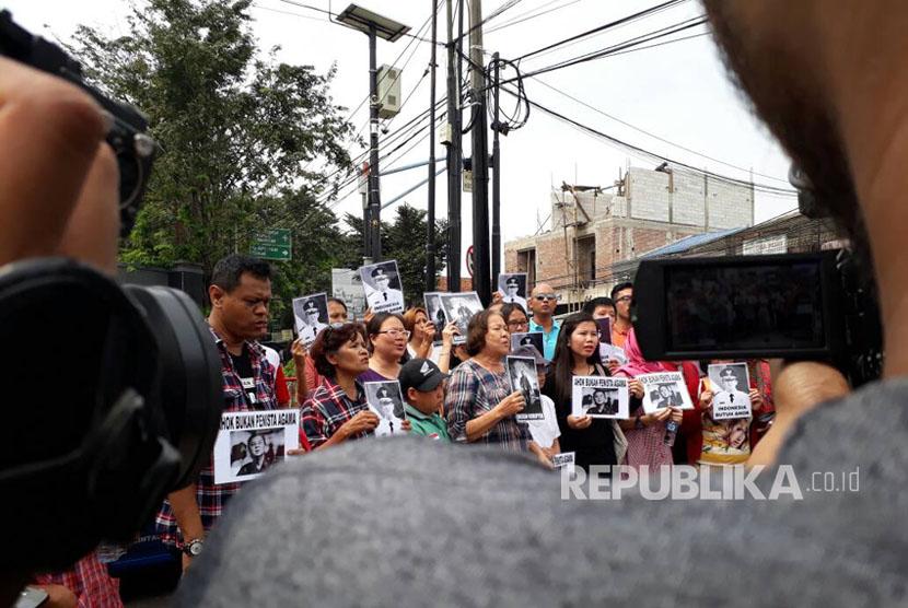 Sekitar 50 orang berorasi menuntut Ahok dibebaskan di depan Mako Brimob, Kelapa Dua, Depok, Kamis (11/5).