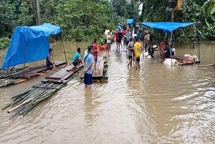 sekitar lebih 60 hektar sawah dan kebun merica 80 hektar terendam di sepanjang jalan Pondidaha, Konawe