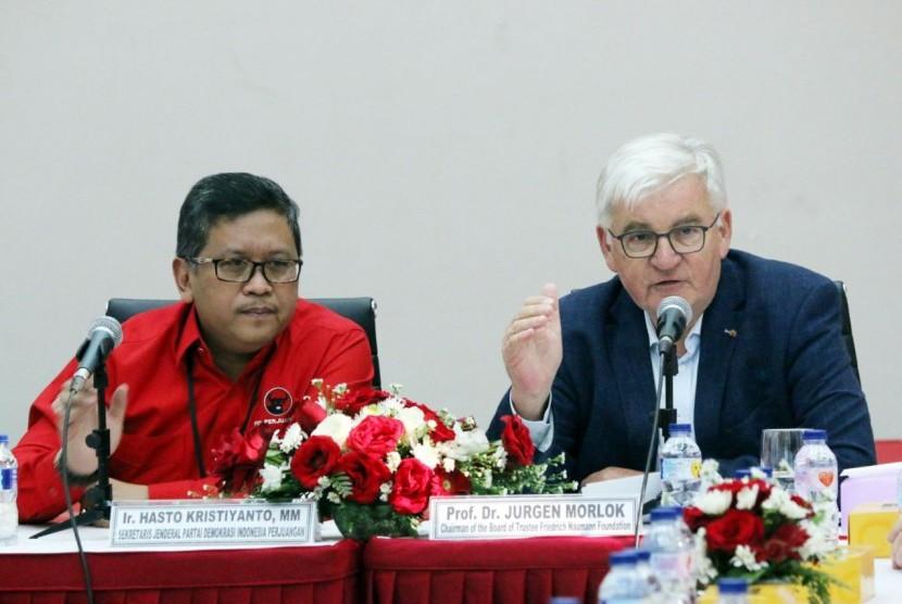 Sekjen DPP PDI Perjuangan Hasto Kristiyanto dan jajaran DPP menerima kunjungan persahabatan Prof. Dr. Jurgen Morlok, Chairman of the Board of Trustee Friedrich Naumann Foundation (FNF) ke kantor DPP PDI Perjuangan, Jakarta, Senin (30/10) sore.