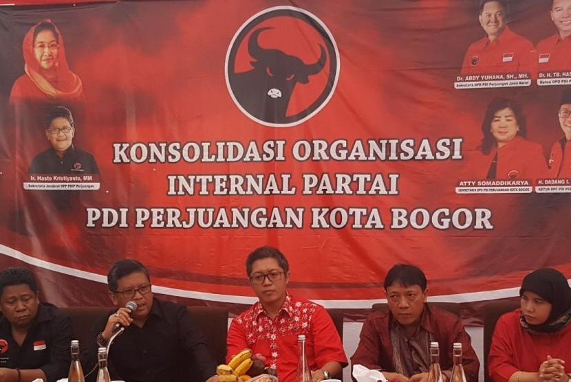 Sekjen DPP PDI Perjuangan Hasto Kristiyanto, saat meyampaikan pengarahan dalam acara Konsolidasi Organisasi Internal Partai, di Kantor DPC PDI Perjuangan Kota Bogor, Ahad (8/10).