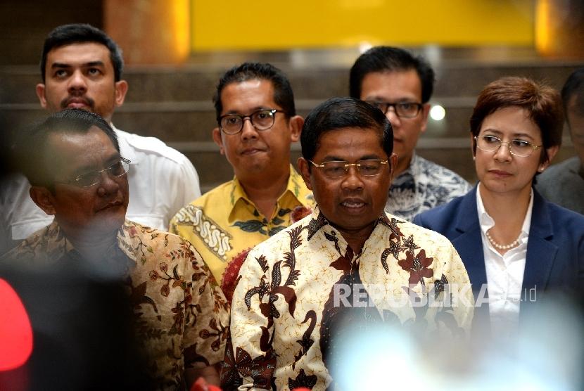 Sekjen Golkar Idrus Marham (tengah) bersama fungsionaris DPP Partai Golkar.