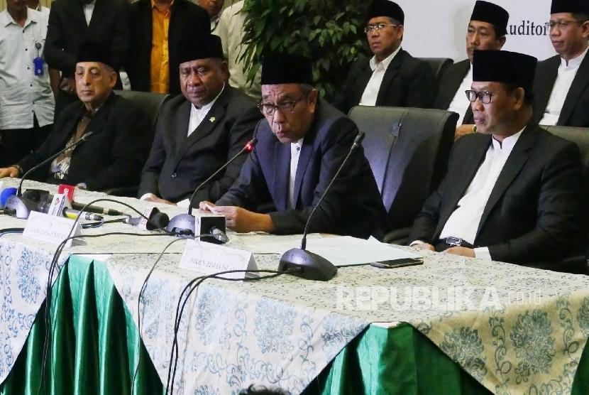 Sekjen Kemenag Nur Syam (kedua kanan) bersama Dirjem Bimas Islam Kemenag Muhammadiyah Amin (kanan), Wakil Ketua MUI Abdullah Zaim dan Ketua Komisi VIII DPR RI Ali Taher (kiri-kanan) menyampaikan penjelasannya pada acara jumpa pers sidang Isbat awal Zulhijjah 1438 H, di Jakarta, Selasa (22/8) malam.