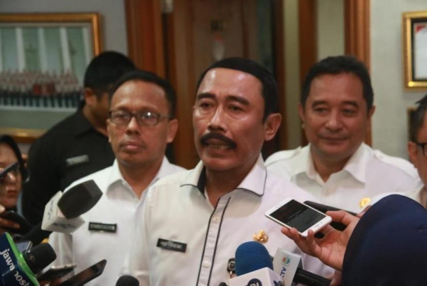 Sekjen Kemendagri Hadi Prabowo (tengah) menjawab pertanyaan wartawan di kantornya Jakarta