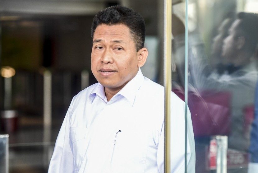 Sekjen Kementerian Agama (Kemenag) Nur Kholis Setiawan berjalan meninggalkan gedung KPK seusai diperiksa di Jakarta, Senin (13/5/2019)