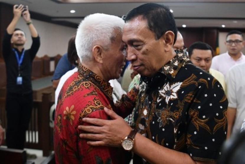 Sekjen Komite Olahraga Nasional Indonesia (KONI) Ending Fuad Hamidy (kanan) dan Bendahara KONI Johnny E Awuy (kiri) selaku terdakwa kasus dugaan suap dana hibah KONI berpelukan usai menjalani sidang putusan di Pengadilan Tipikor, Jakarta, Senin (20/5/2019). Majelis Hakim memvonis Ending dengan hukuman dua tahun delapan bulan penjara dan denda Rp100 juta subsider dua bulan kurungan sementara Johnny divonis dengan hukuman satu tahun delapan bulan penjara dan denda Rp50 juta subsider dua bulan kurungan.