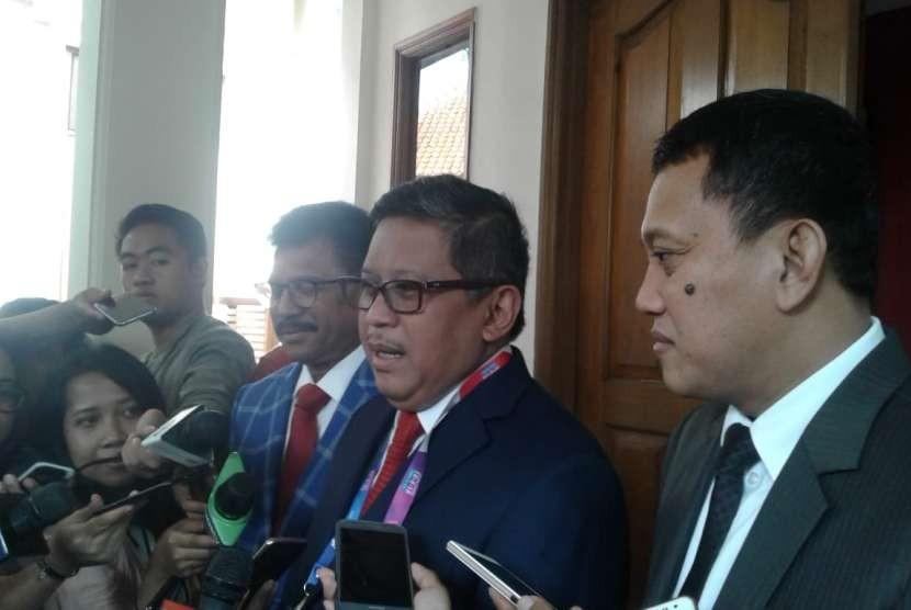 Sekjen Nasdem Johnny G Plate, Sekjen PDIP Hasto Kristiyanto, Sekjen PKB Abdul Kadir Karding, seusai pertemuan antarsekjen partai Koalisi Indonesia Kerja (KIK) di Posko Cemara, Menteng, Jakarta Pusat, Sabtu (18/8).