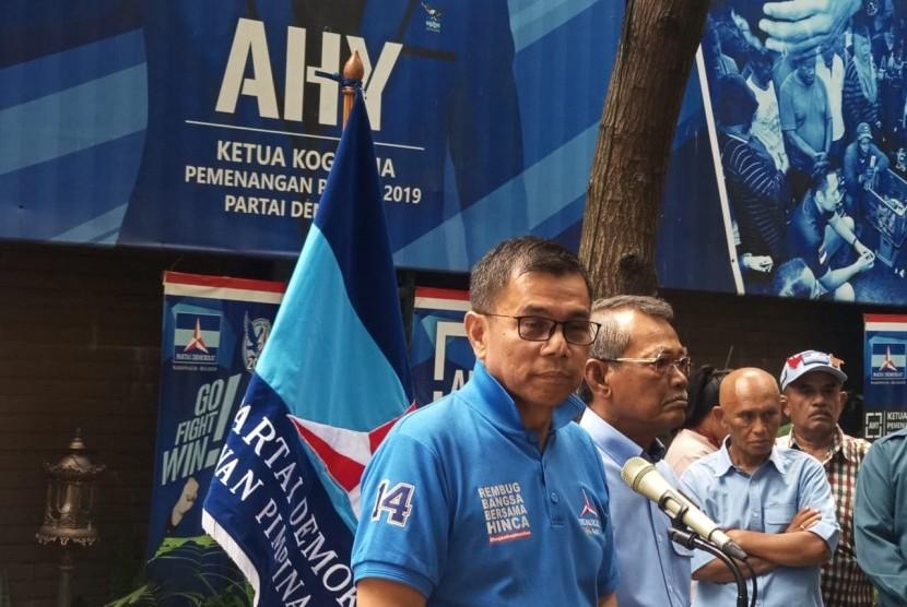 Sekjen Partai Demokrat Hinca Pandjaitan memberikan klarifikasi Surat SBY terkait Kampanye Akbar Prabowo Subianto, Kantor DPP Demokrat, Senin (8/4).