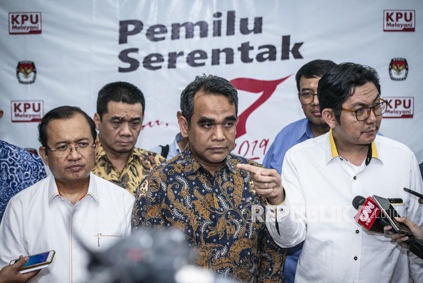 Sekjen Partai Gerindra Ahmad Muzani (tengah), Sekjen Partai Keadilan Sejahtera (PKS) Mustafa Kamal (kanan), dan Sekjen Partai Berkarya Priyo Budi Santoso (kiri) yang tergabung dalam tim pemenangan Prabowo-Sandi memberikan keterangan pers seusai melakukan pertemuan tertutup dengan komisioner KPU, di Kantor KPU Pusat, Jakarta, Rabu (17/10/2018).