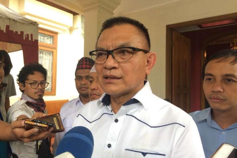 Sekjen Partai Golkar Lodewijk Freidrich Paulus berbicara kepada wartawan di Posko Cemara, Menteng, Jakarta Pusat, Selasa (4/9).