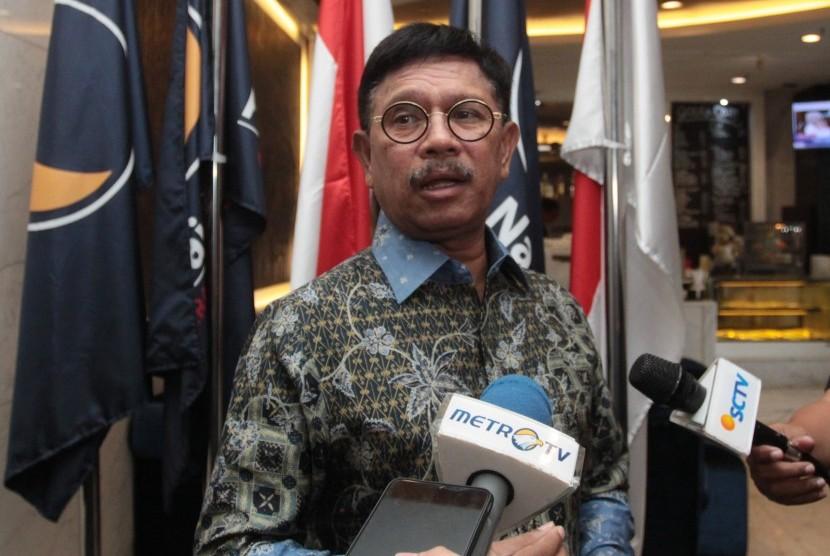 Sekjen Partai Nasdem Johnny G Plate memberikan keterangan pers mengenai pemberhentian sementara Ketua DPW Partai NasDem Kepulauan Riau terkait operasi tangkap tangan (OTT) KPK di kantor DPP Partai NasDem, Jakarta, Kamis (11/7/2019).