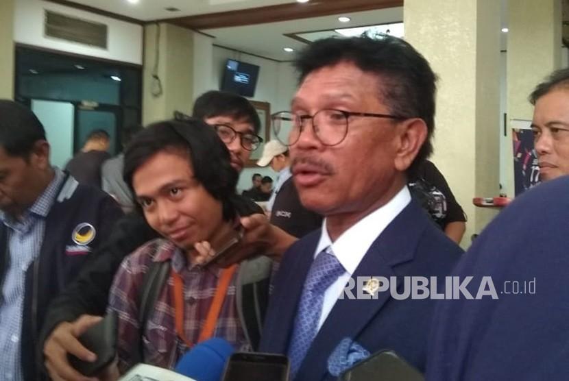 Sekjen Partai Nasdem, Johnny G Plate, usai mendapatkan caleg partainya ke KPU, Senin (16/7).