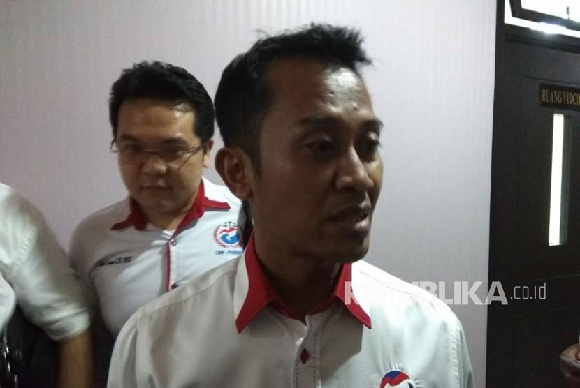 Sekjen Partai Perindo Ahmad Rofiq usai menjalani pemanggilan Bawaslu,  di Kantor Bawaslu,  Thamrin,  Jakarta Pusat,  Senin (12/3). Pihak Bawaslu melalukan klarifikasi kepada Perindo terkait iklan kampanye partai tersebut yang dianggap mencuri start.