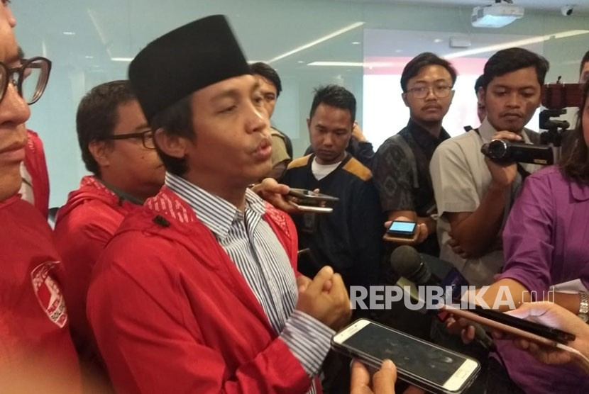 Sekjen Partai Solidaritas Indonesia (PSI), Raja Juli Antoni, usai melakukan konferensi pers di DPP PSI, Kamis (17/5).