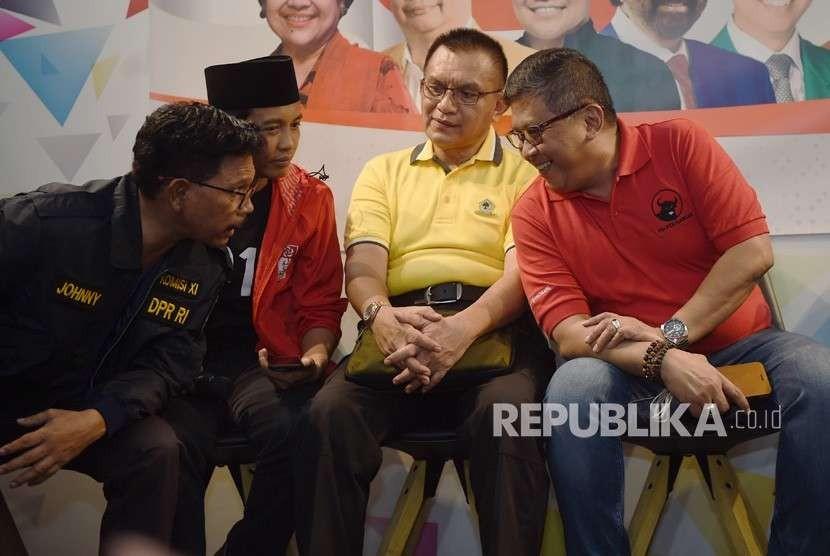 Sekjen PDI Perjuangan Hasto Kristiyanto (kanan) berbincang dengan Sekjen NasDem Johnny G Plate (kiri), Sekjen PSI Raja Juli Antoni (kedua kiri) dan Sekjen Golkar Lodewijk Freidrich Paulus (kedua kanan) sebelum pertemuan tertutup di Jakarta, Senin (6/8).
