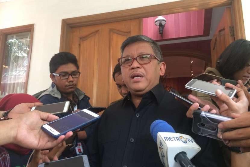 Sekjen PSI Raja Juli Antoni dan Sekjen PDIP Hasto Kristiyanto memberikan keterangan kepada wartawan di Posko Cemara, Menteng, Jakarta Pusat, Kamis (13/9).