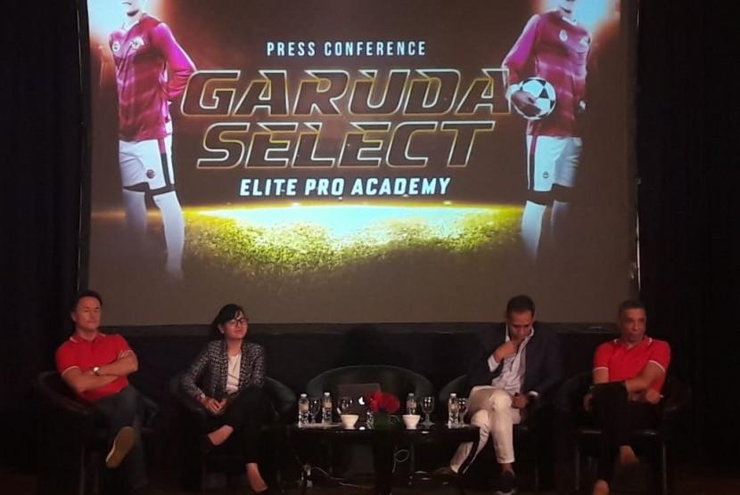 Sekjen PSSI Ratu Tisha Destria (dua dari kiri), saat konfrensi pers Garuda Select bersama dua mantan pemain timnas Inggris Dennis Wise (kiri) dan Desmond Walker (kanan).