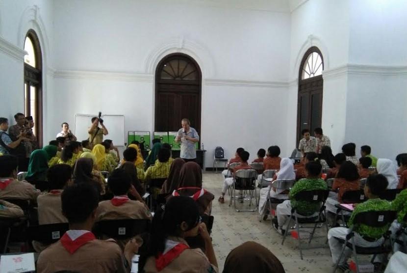 Sekolah matematika yang diresmikan di Surabaya.