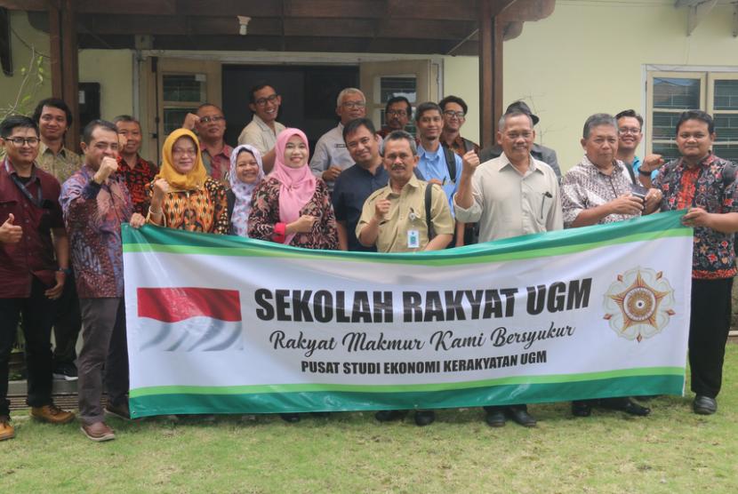 Sekolah Rakyat UGM. Para inisiator program sekolah rakyat yang digelar Pusat Studi  Ekonomi Kerakyatan (Pustek) Universitas Gadjah Mada.