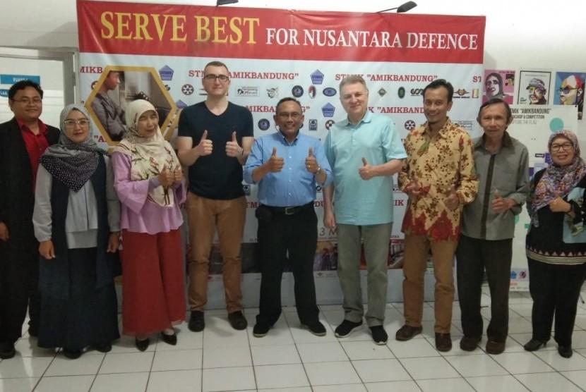 Sekolah Tinggi Manajemen Informatika dan Komputer (STMIK)atau AMIK Bandung menerima tamu dari Ukraina.