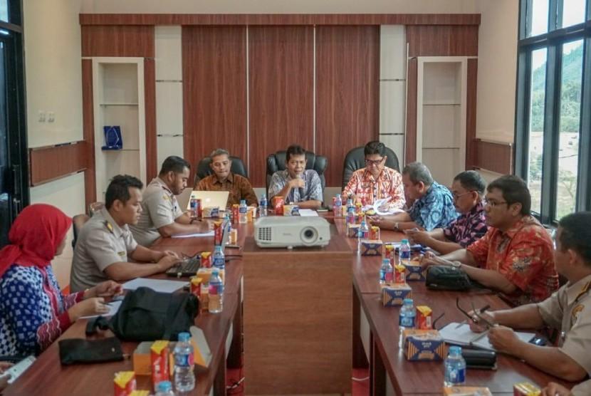 Sekretaris Barantan, Sujarwanto dan Direktur Pangan dan Pertanian Bappenas saat lakukan pembahasan program pembangunan pertanian di kantor Karantina Entikong