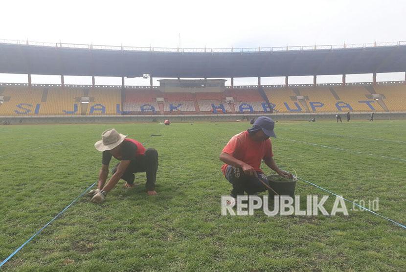 Sekretaris Daerah (Sekda) Provinsi Jawa Barat, Iwa Karniwa meninjau Stadion Si Jalak Harupat yang tengah direnovasi, Kamis (24/5). Stadion akan digunakan untuk perhelatan Asian Games 2018.